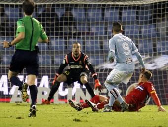 Iago Aspas fent la vaselina que va comportar la derrota de l'Espanyol a Vigo Foto:EFE