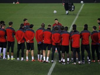 Galca parla ahir amb els jugadors en el seu primer entrenament. Foto:FERRAN CASALS