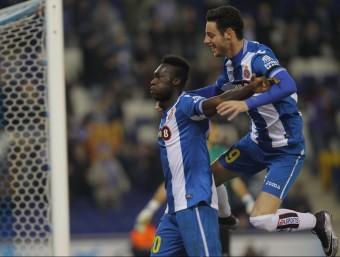 Felipe Caicedo celebra el segon gol amb Burgui en ple vol Foto:FERRAN CASALS