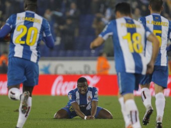 Pape Diop a terra després d'un dels gols de l'Espanyol el passat dimarts contra el Llevant Foto:FERRAN CASALS