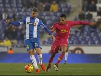 Salva Sevilla en una acció del partit d'ahir. L'andalús va ser clau en el partit. Foto:F. CASALS