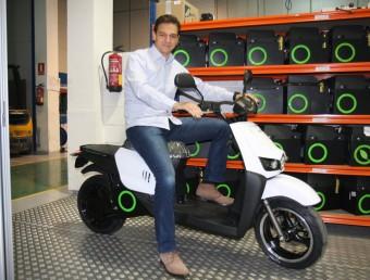 Carlos Sotelo, amb una moto elèctrica de Scutum, a la seu d'Esplugues de Llobregat.  Foto:FRANCESC MUÑOZ