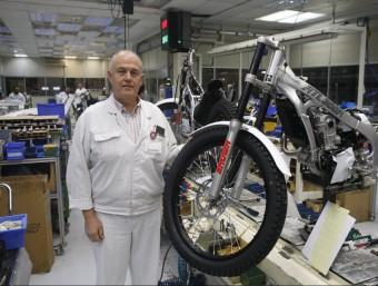 Gerard Bosch, director de Montesa Honda, al costat del model fabricat per al Japó.  Foto:ORIOL DURAN