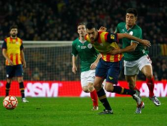 Sergio Busquets intenta progressar, obstaculitzat per un jugador basc Foto:JOSÉ CARLOS LEÓN