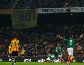 Jordi Alba condueix una pilota en un moment del partit de dissabte passat entre Catalunya i el País Basc, al Camp Nou Foto:JOSÉ CARLOS LEÓN