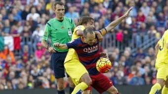 Iniesta protegeix la pilota davant Pina ( Vila-real). Foto:EFE