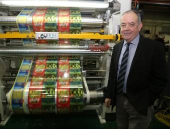 Manel Xifra, president de Comexi Group, davant una màquina en assaig.  Foto:MANEL LLADÓ