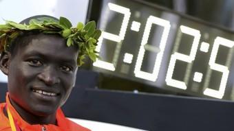 Kimetto , al costat del seu rècord mundial en marató, aconseguit a Berlín el 2014 Foto:REUTERS
