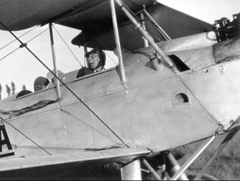 Vicenç A. Ballester en una avioneta, el juliol del 1930 a l'aeròdrom del Prat. Foto:RAFAEL DALMAU, EDITOR