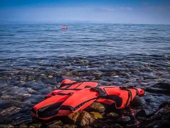 Una armilla salvavides a la platja de Lesbos, una al·legoria del drama. Foto:TV3