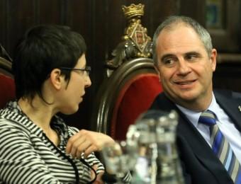 Laia Pèlach, portaveu de la CUP, a l'oposició, al costat d'Albert Ballesta, en el primer ple d'investidura Foto:QUIM PUIG