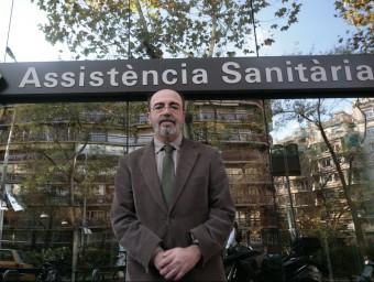 Ignasi Orce, president d'Assistència Sanitària davant la seu.  Foto:ARXIU/JOSEP LOSADA