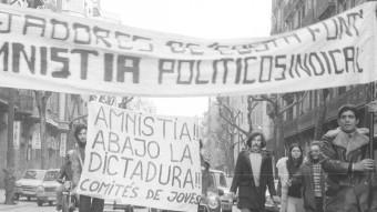 Al febrer de 1976 milers de ciutadans es manifestaven per primera vegada en 36 anys. Molts d'ells també es van manifestar utilitzant els seus vehicles, fet que va dificultar les càrregues policials. Foto:ROBERT RAMOS / ARXIU