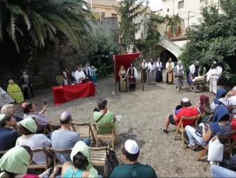"""Escena de recreació històrica d'un casament jueu a càrrec de la Companyia """"Serfs de la gleva"""" al pati de la sinagoga antiga.de Castelló d'Empúries, en una imatge d'arxiu. elpuntavui Foto:EPA"""