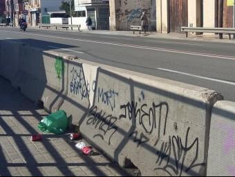 Just a davant de l'estació a l'N-II, es veuen pintades i brossa al carrer Foto:N.SEGURA INSA