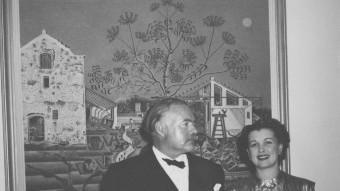Hemingway, davant 'La masia' i una amiga Foto:JFK LIBRARY BOSTON