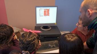Uns alumnes en un dels tallers de periodisme que professionals col·legiats imparteixen als centres. Foto:EPA