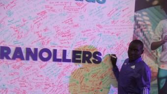 Dennis Kimetto estampa la seva signatura en mur instal·lat en la fira del corredor de la mitja marató de Granollers Foto:X.A