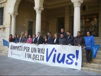 L'alcalde i els regidors del govern i l'oposició, amb una representant de la PDE. Foto:L.M