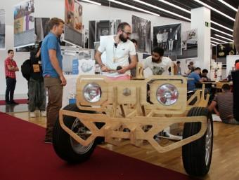 Uns creadors amb un vehicle de fusta Foto:EL PUNT AVUI