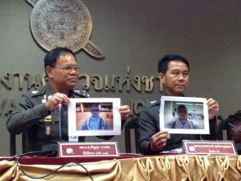 La policia tailandesa amb les fotos dels sospitosos , a qui busquen com a pressumptes autors del crim Foto:EFE
