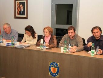 La secretària-interventora provisional d'Amer, la segona per l'esquerra, al costat de l'alcaldessa, Maria Rosa Vila (CDC), en el ple extraordinari de dijous Foto:JOAN SABATER
