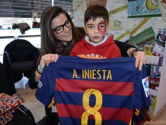 L'Álvaro, amb un obsequi d'Iniesta Foto:R.BENET / CES