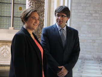 Ada Colau i Carles Puigdemont minuts abans de la reunió d'ahir al matí a Palau EFE