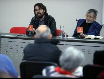 Narcís Comadira (a la dreta) i Julià Guillamon, durant la conversa que van tenir dijous a Girona sobre la cultura dels setanta Foto:MANEL LLADÓ