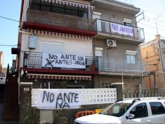 Pancartes contra l'antena de telefonia Foto:M. BELMEZ/ACN