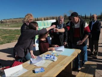 Un dels adjudicataris de les primeres parcel·les municipals d'horta al Sorrell, rebent ahir les claus del recinte Foto:E.A