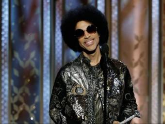 Prince, que ara té 57 anys, va presentar el premi a la millor cançó durant la gala dels Globus d'Or del 2015 Foto:ARXIU