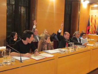 Els tres regidors de Ciutadans , en el ple de dijous, votant a favor de la proposta de retirar les plaques Foto:LL.M