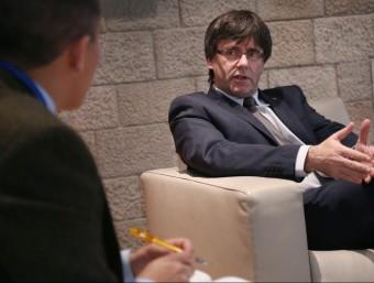 El president de la Generalitat, Carles Puigdemont, durant l'entrevista a Bloomberg al palau de la Generalitat Foto:JORDI BEDMAR