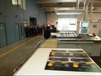 Interior de les instal·lacions d'Alzamora Packaging en una visita d'autoritats. Foto:J.C
