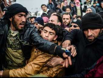 Un grup de sirians d'Alep, en el pas fronterer turc de Bab al Salama Foto:BULENT KILIC / AFP