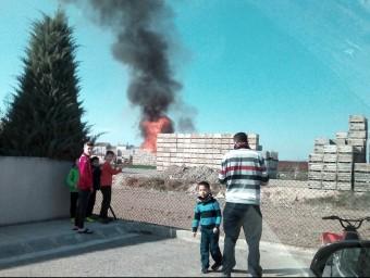 La columna de fum que surt dels palets que cremen a l'exterior d'un magatzem de fruita de Golmés Foto:ACN