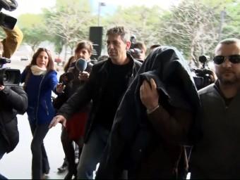 L'ex professor acusat d'abusos sexuals a menors al col·legi Maristes Sants-les Corts arriba escortat per la policia a la Ciutat de la Justícia Foto:ACN