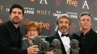 El director Cesc Gay, la productora Marta Esteban, Ricardo Darín i Tomàs Aragay (coguionista amb Gay) amb 4 dels 5 premis Goya guanyats per 'Truman' Foto:EFE