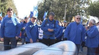 Diversos manifestants amb el simbòlic nus anti transvasament en la manifestació d'Amposta Foto:ACN