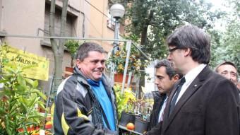 El president de la Generalitat, Carles Puigdemont, saludant un expositor a la Fira de la Candelera de Molins de Rei Foto:ACN