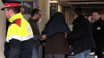 Joaquín Benítez , tapat amb la jaqueta, entrant dissabte als jutjats de Barcelona Foto:ACN