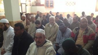 Els membres de la comunitat islàmica d'Arenys de Munt omplen els divendres la sala d'oracions que hi ha dins la mesquita Foto:E. FERRAN