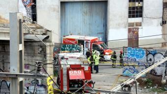 Els bombers al mur del carrer Pamplona per on es pot accedir fàcilment a l'estació de Bifurcació-Vilanova Foto:ACN