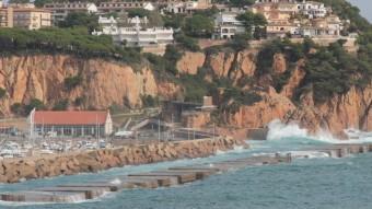 Una onada impacta a tocar del Club Nàutic de Sant Feliu, a la zona on s'allargarà la bateria de calaixos del dic de recer Foto:E.A
