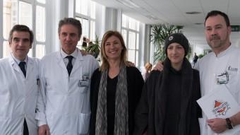 Els doctors Josep Maria Campistol, Álvaro Urbano i Francesc Fernández (dreta) amb l'Ariana i la seva mare, Àngela, ahir a l'hospital Clínic Foto:H. CLÍNIC