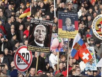 Seguidors de l'organització antiislàmica Pegida, manifestant-se ahir a Dresden Foto:SEBASTIAN WILLNOW / EFE