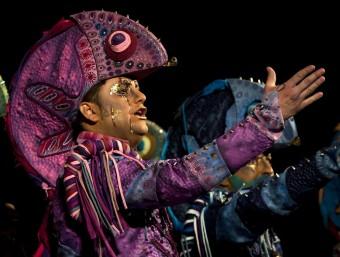 La comparsa de 'Los Cobardes' en un moment de l'actuació Foto:EFE