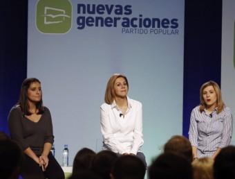 María Dolores de Cospedal entre Beatriz Jurado i Ana Isabel Pérez en un acte de Noves Generacions del PP Foto:EFE