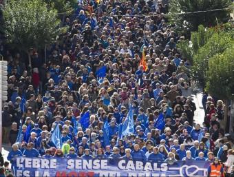 """La capçalera de la protesta amb el lema """"L'Ebre sense cabals és la mort del Delta"""" Foto:JOSÉ CARLOS LEÓN"""